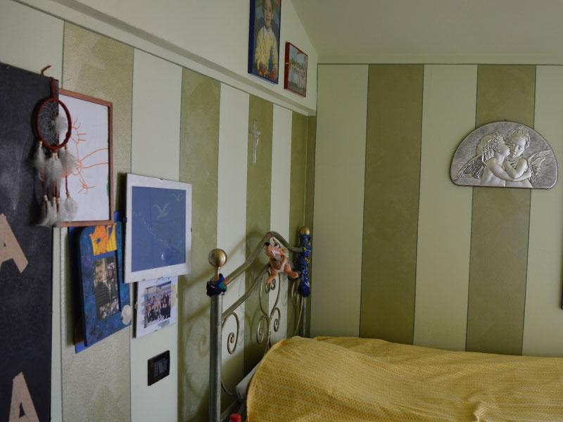 Camera da letto a fasce verticali