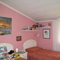 Tinteggiatura camera da letto con pareti rosa e profilo