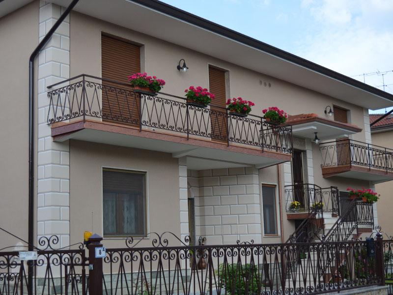 Tinteggiatura della facciata di un'abitazione