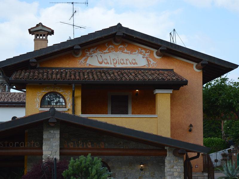 Tinteggiatura esterna del ristorante Valpiana a Serle