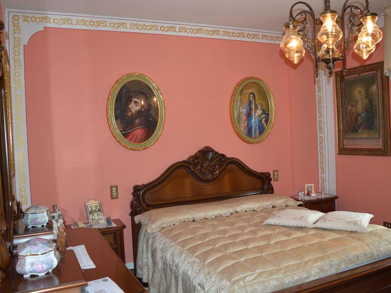 Camera da letto con decorazione a stencil