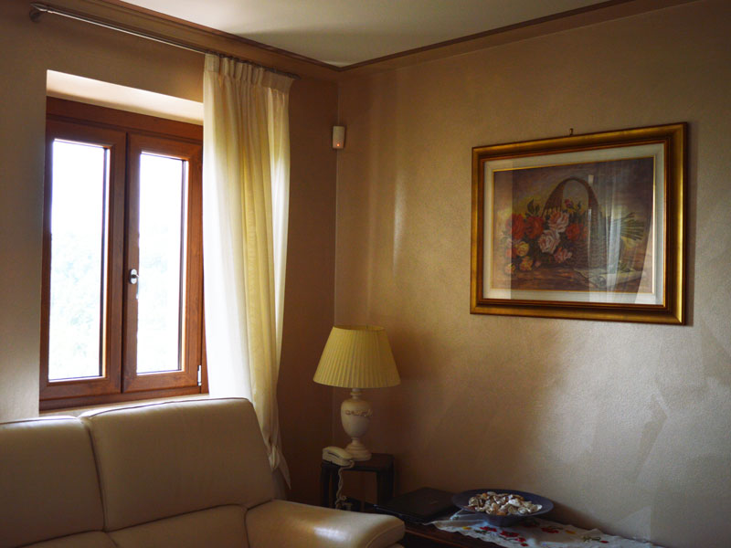 Tinteggiatura interna del salotto