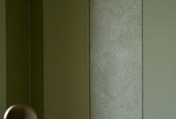 Camera da letto a fasce verticali metallizzate e opache verdi