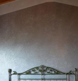 Camera da letto tinteggiata con pittura metallizzata